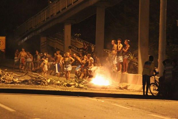 Moradores de Guaxindiba protestam
