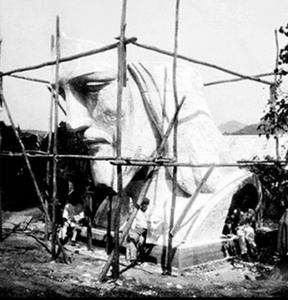 """Cabeça montada em um teste no sítio de Heitor Levy. Foto divulgada na revista Sim São Gonçalo em republicação do Arquivo CEIPN/livro """"Corcovado – A Conquista da Montanha de Deus"""""""