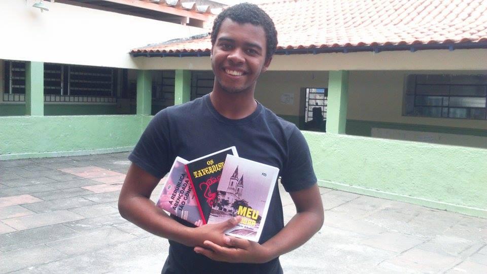 Luiz Carlos exibindo os presentes de autores gonçalenses