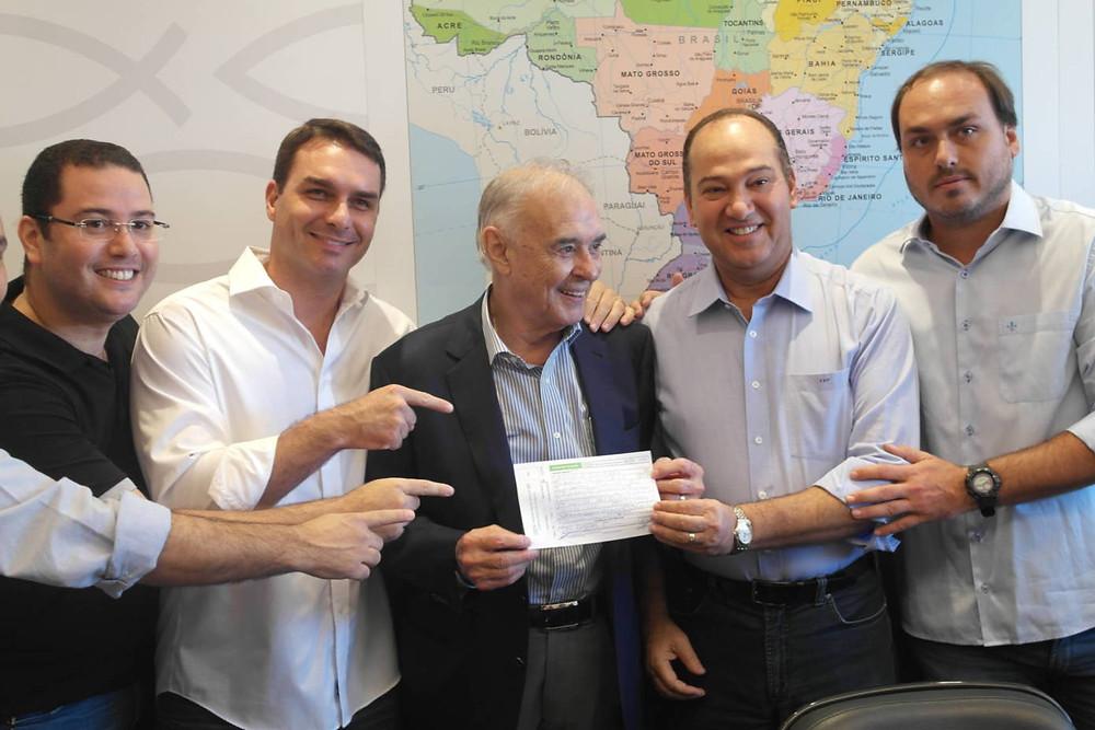 Arolde de Olviera com Flávio e Carlos Bolsonaro e pastor Everaldo na filiação ao PSC (Arquivo/Flickr)