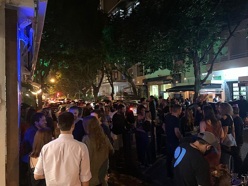 Cenas de bares cheios no Rio de Janeiro viraram símbolo da falta de cuidado com propagação do coronavírus - Reprodução