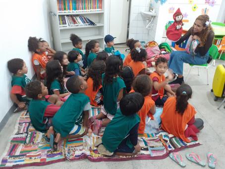 Garotada da creche Jardim Bom Retiro se diverte na biblioteca