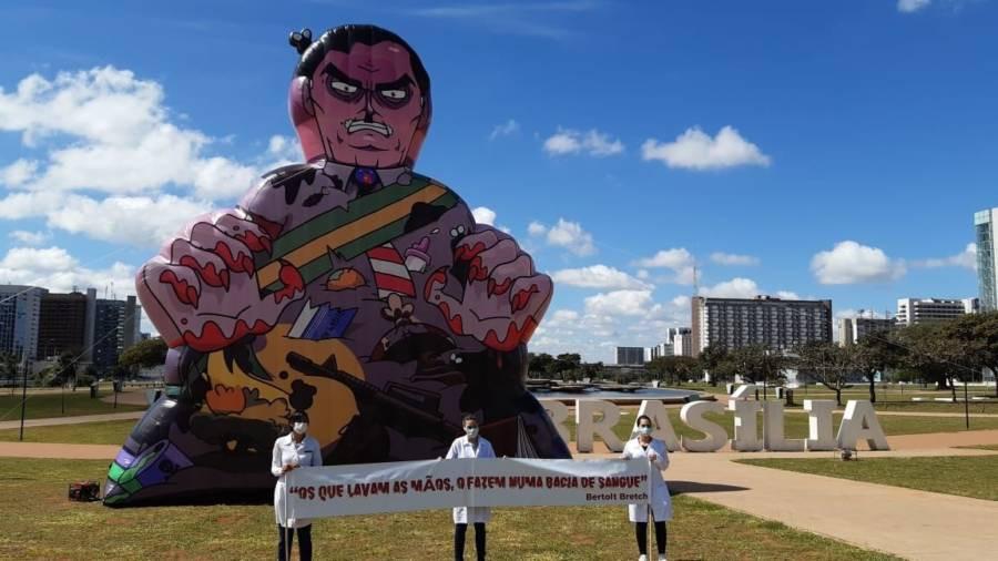 Boneco de Bolsonaro é inflado em ato no Dia da Enfermagem (Reprodução/Twitter)
