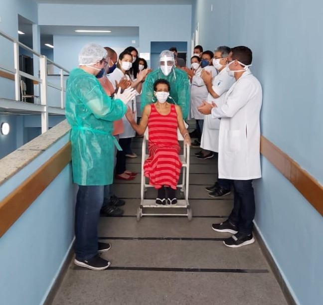 Profissionais de saúde vibraram com a recuperação da paciente/Foto: Divulgação