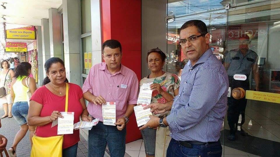 Os vereadores Alexandre Gomes e Marco Rodrigues acompanham reclamação de moradores na Ampla