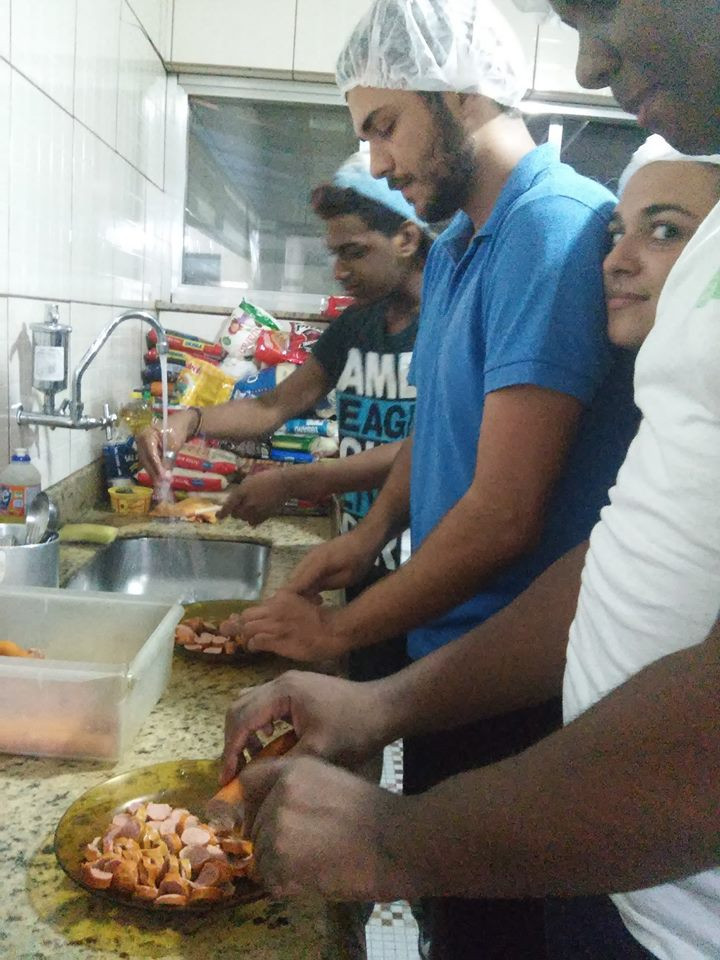 Na cozinha com voluntários
