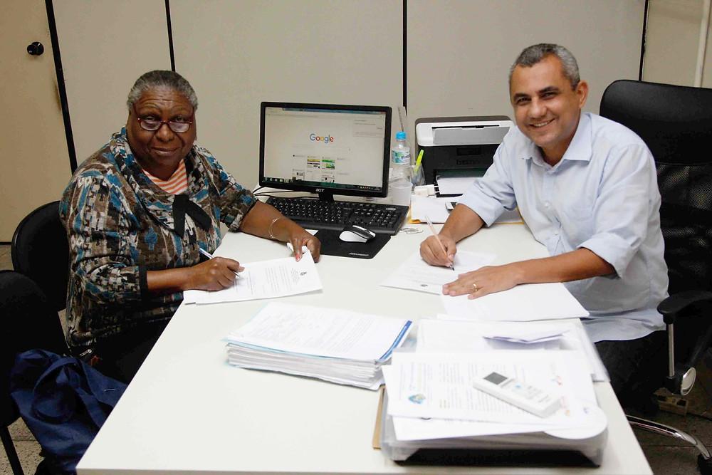 Marlos Costa e Oscarina renovando convênio