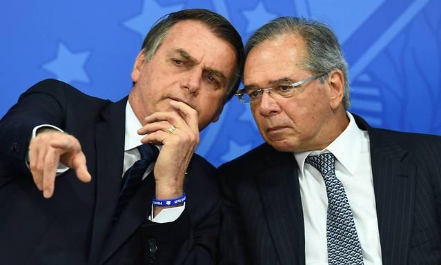 """Bolsonaro e o """"posto Ipiranga"""" Paulo Guedes: um ano de estagnação / Evaristo Sá/AFP"""