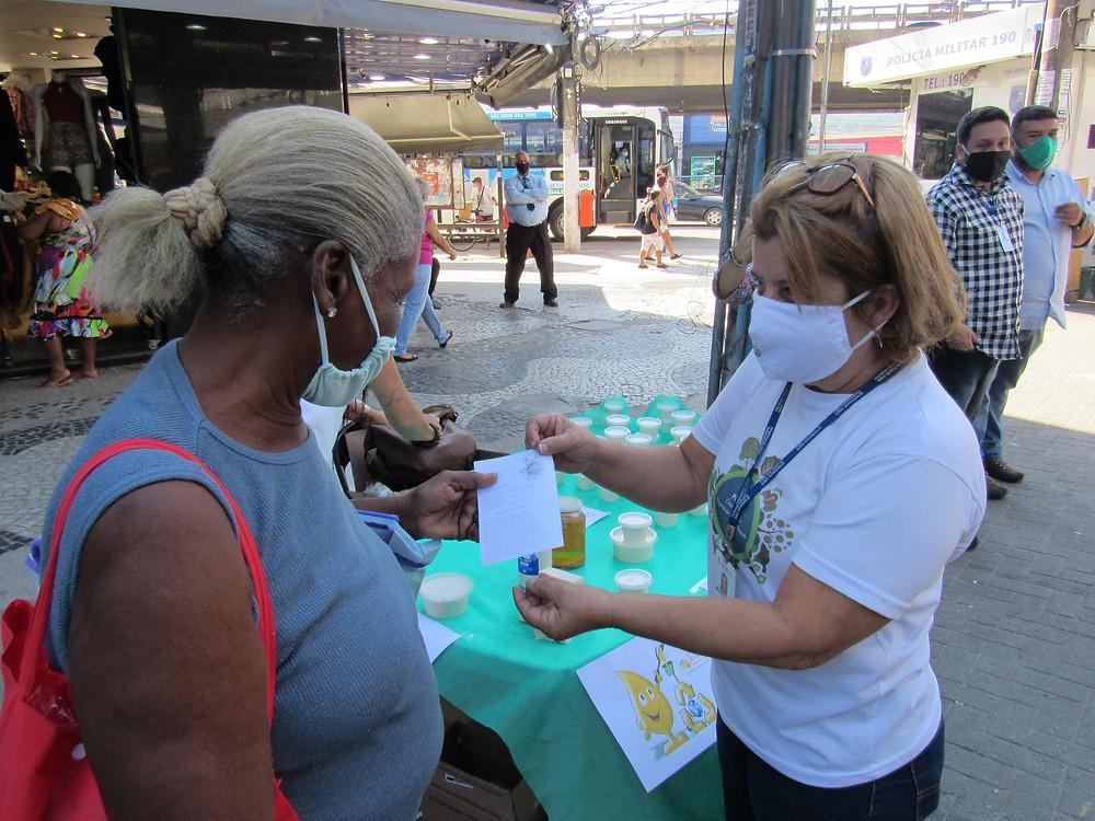 Moradores são recebem o sabão e são apresentados ao projeto/Foto: Divulgação