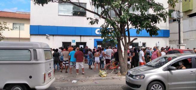 Aglomeração em frente à Caixa no Alcântara/Foto: Divulgação