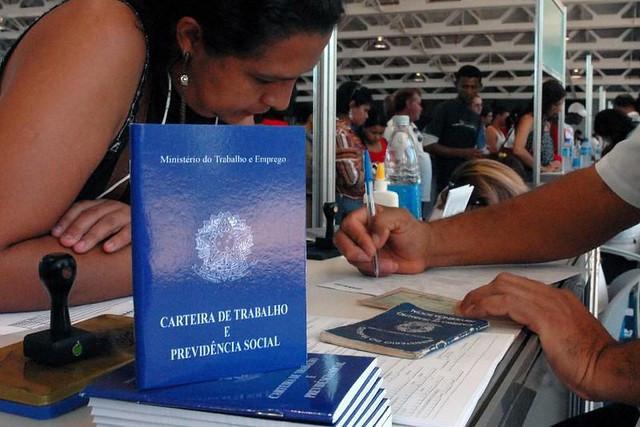 Novo contrato desconstrói direito à remuneração das férias, à gratificação de férias, ao 13º e ao FTGS, incorporando-os ao pagamento mensal / Marcello Casal/Agência Brasil
