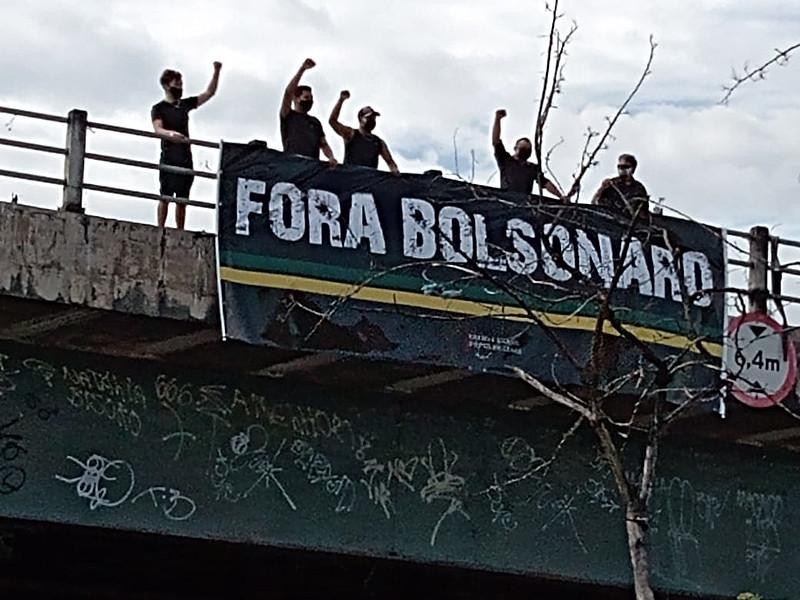 Manisfestantes estenderam faixas em diversos pontos da cidade - Divulgação