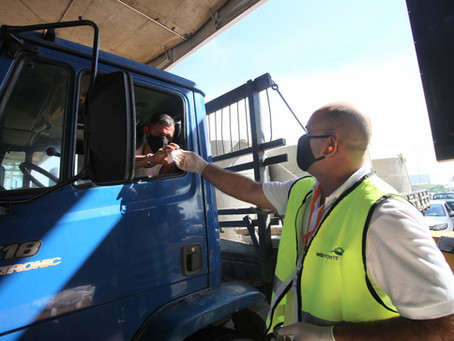 Agentes entregam máscaras para motoristas na Ponte Rio-Niterói