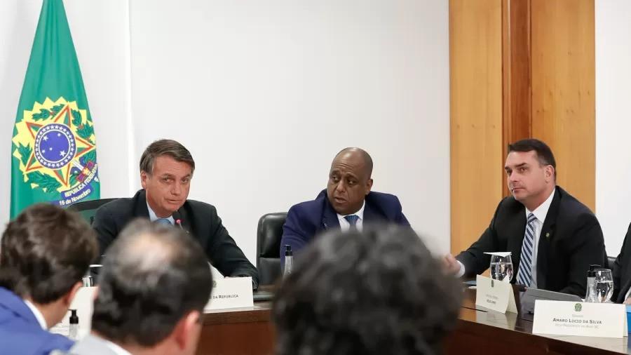 Marcelo Magalhães (ao centro) com o presidente Jair Bolsonaro e o senador Flávio Bolsonaro durante audiência Imagem: Alan Santos/Presidência da República