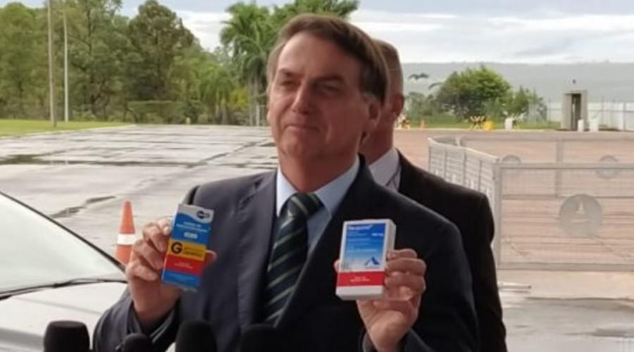 Bolsonaro com medicamentos a base de cloroquina (Foto: Reprodução)
