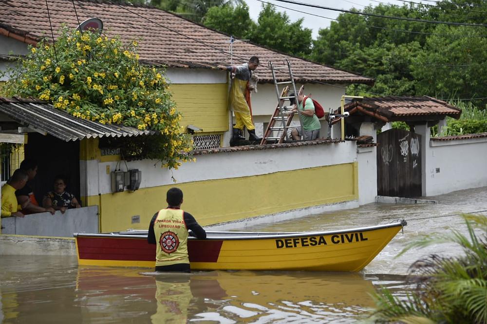 As equipes utilizaram barcos e botes em locais com maior acumulo de água/Foto: Divulgação
