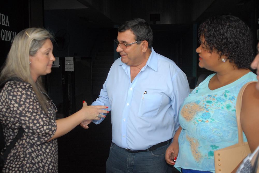 Nanci conversa com representante da Enel