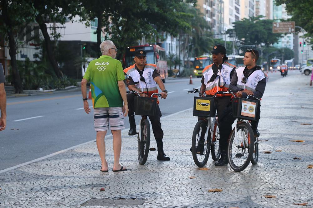 Agentes orientam população. Icaraí é o bairro que concentra o maior número de idosos na cidade/Foto: Luciana Carneiro