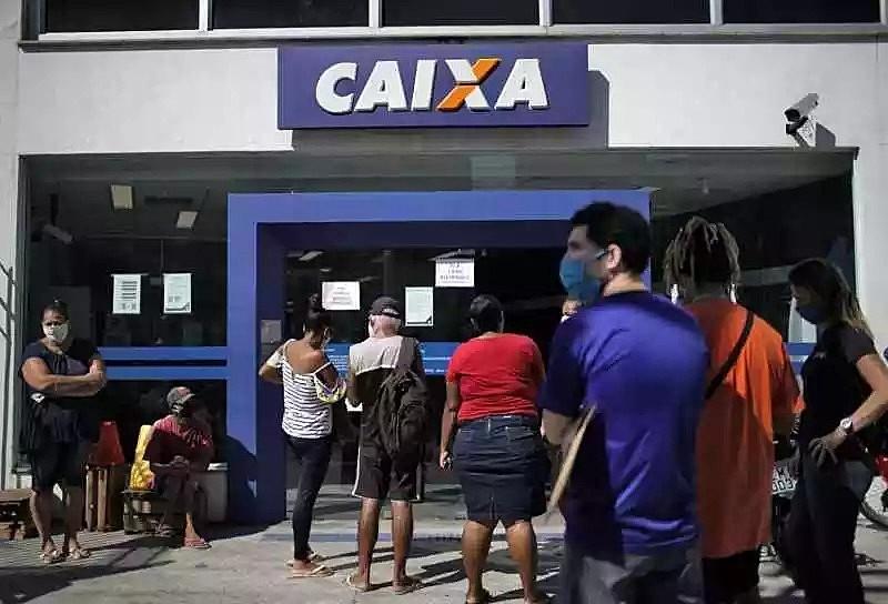 Centralização dos pagamentos na Caixa Econômica provocou filas e atrasos - AFP/Mauro Pimentel
