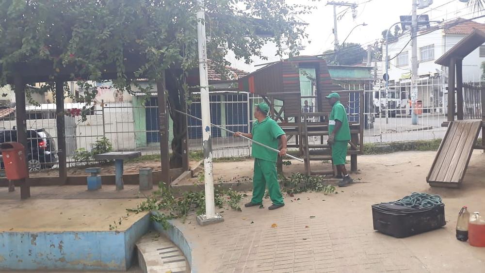 Funcionários realizam pode de árvore na praça do Gradim/Foto: Divulgação