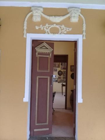 Porta do casarão da antiga sede da fazenda Diaz André com símbolos em alusão à maçonaria/Foto: Erick Bernardes