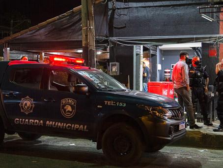 Pra não virar Manaus, São Gonçalo reprime aglomeração em bares da cidade