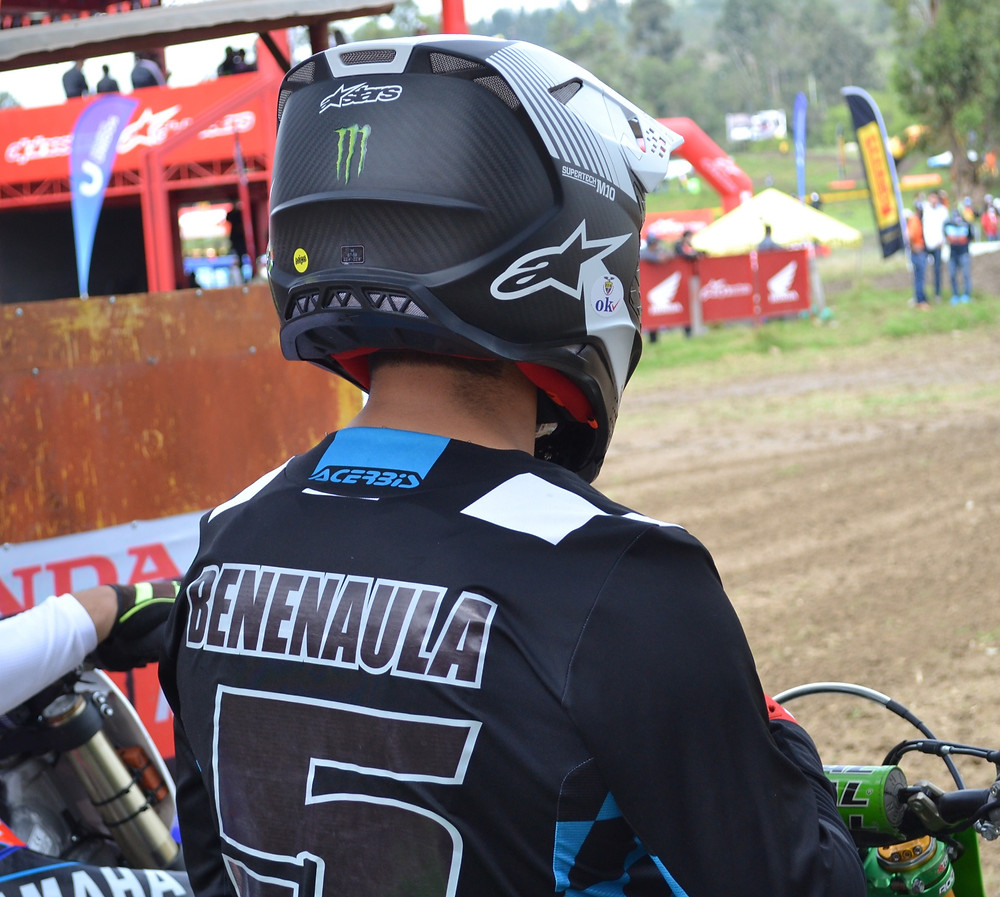Andres Benenaula utilizando casco de sus auspiciantes. Fotografía tomada por Motociclismo.ec