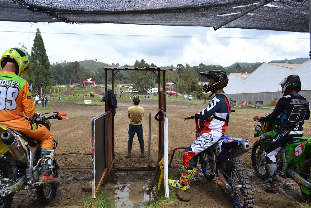 Los corredores de la Categoría MX1 En la línea de partida, imagen de Motociclismo.ec