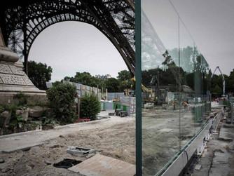 Violência no mundo. Torre Eiffel, em Paris, ganha muro de vidro para segurança dos visitantes.