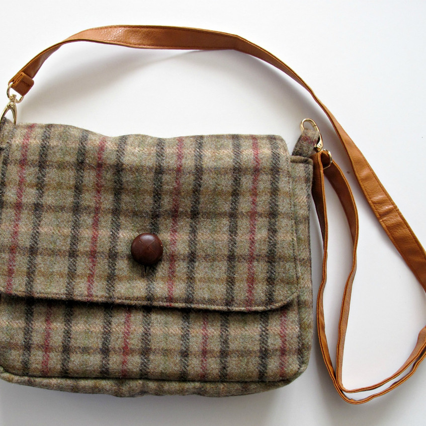 Wool handbag with flap and adjustable strap