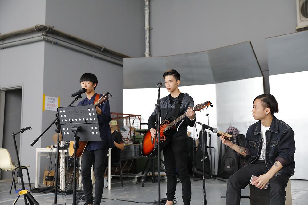 同學參與音樂演出