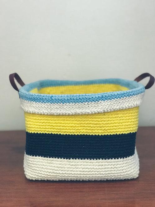 """Cestinho de Crochê Amarelo e Azul """"M"""""""
