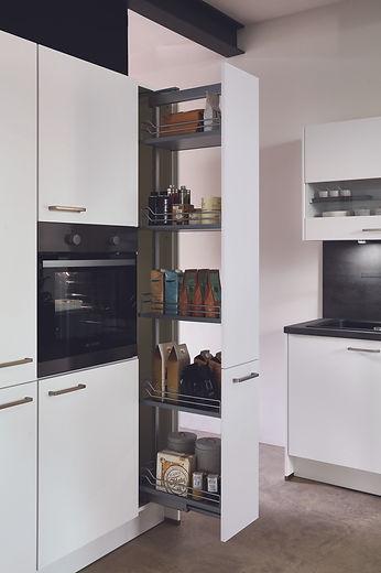weiße-küche-backofen-im-hochschrank-graue-arbeitsplatte-schwarze-armatur-apothekerschrank