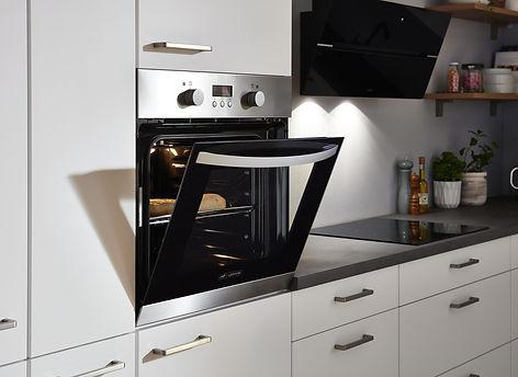 weiße-küche-ofen-auf-brusthöhe-graue-arb