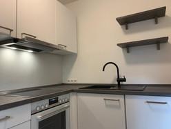 weiße-küche-graue-arbeitsplatte-edelstah