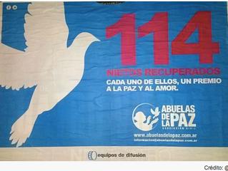 La Ciudad amaneció empapelada por una organización que pide el Premio Nobel para las Abuelas de Plaz