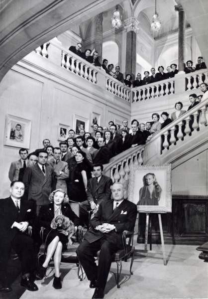 Cosette Harcourt (au centre), et les frères Jacques (à gauche) et Jean (à droite) Lacroix avec le personnel des Studios en 1950.