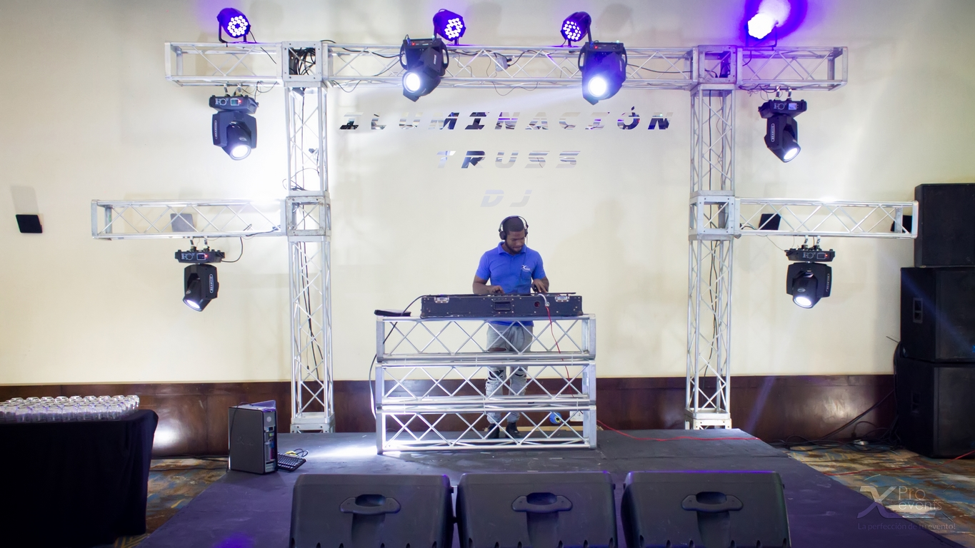 Iluminacion en truss mas Dj by X Pro events (Redes)