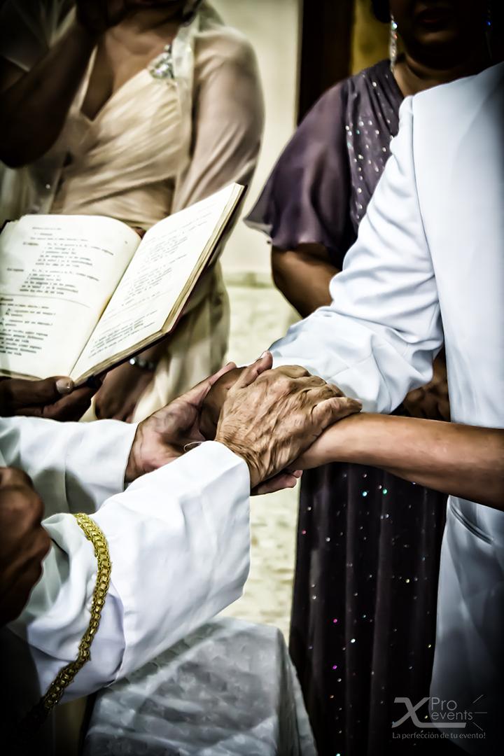 www.Xproevents.com - Los novios y el padre orando.jpg