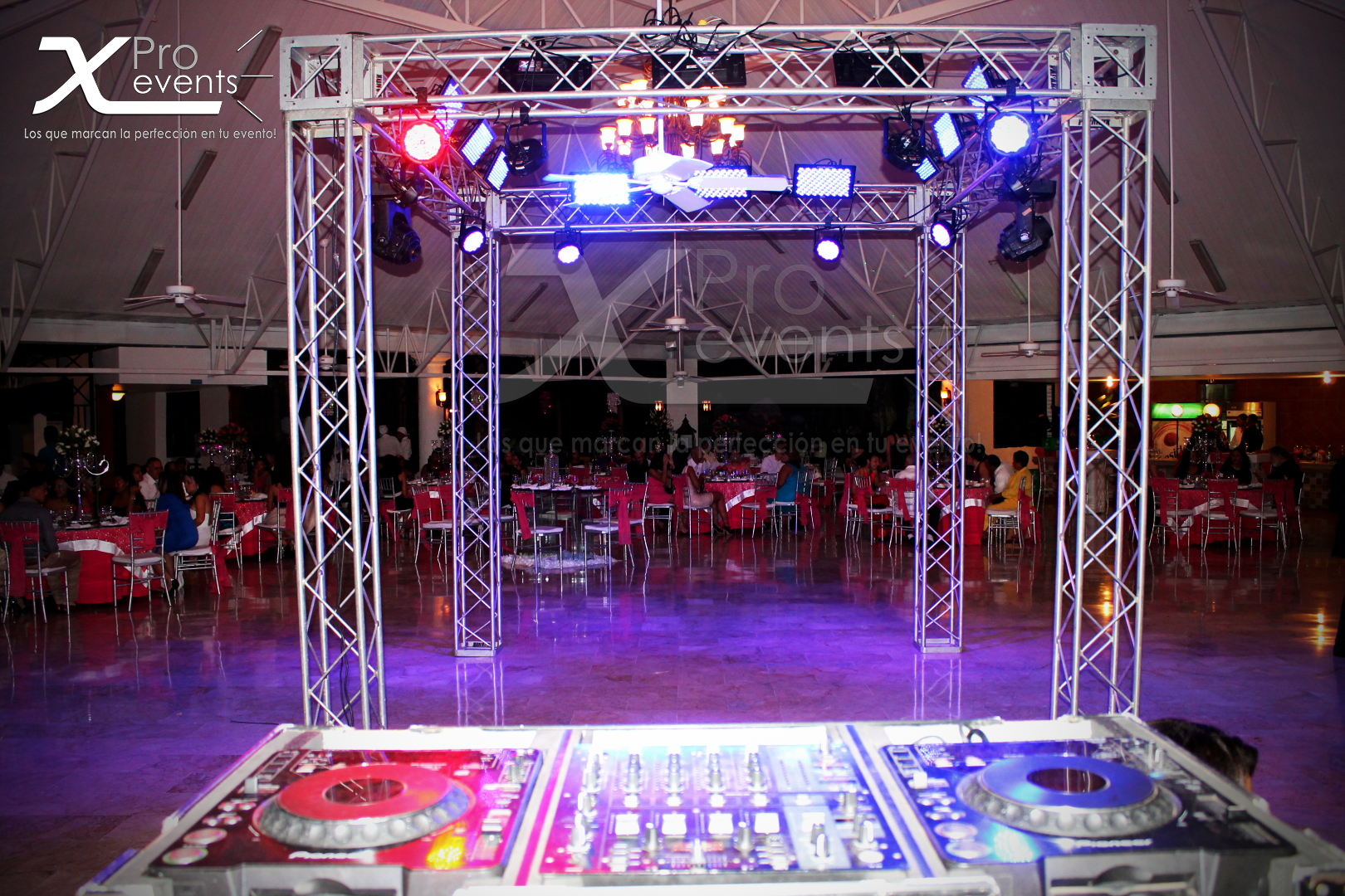 www.Xproevents.com - Platos para Dj & Techo Truss con luces LED y moviles inteli
