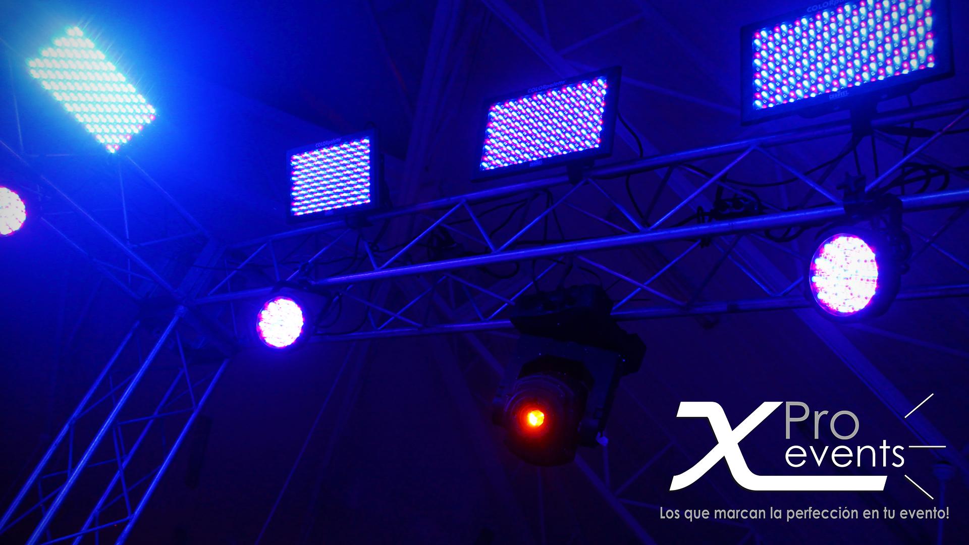 www.Xproevents.com - Paneles y focos LED con luces moviles instaladas en truss.p