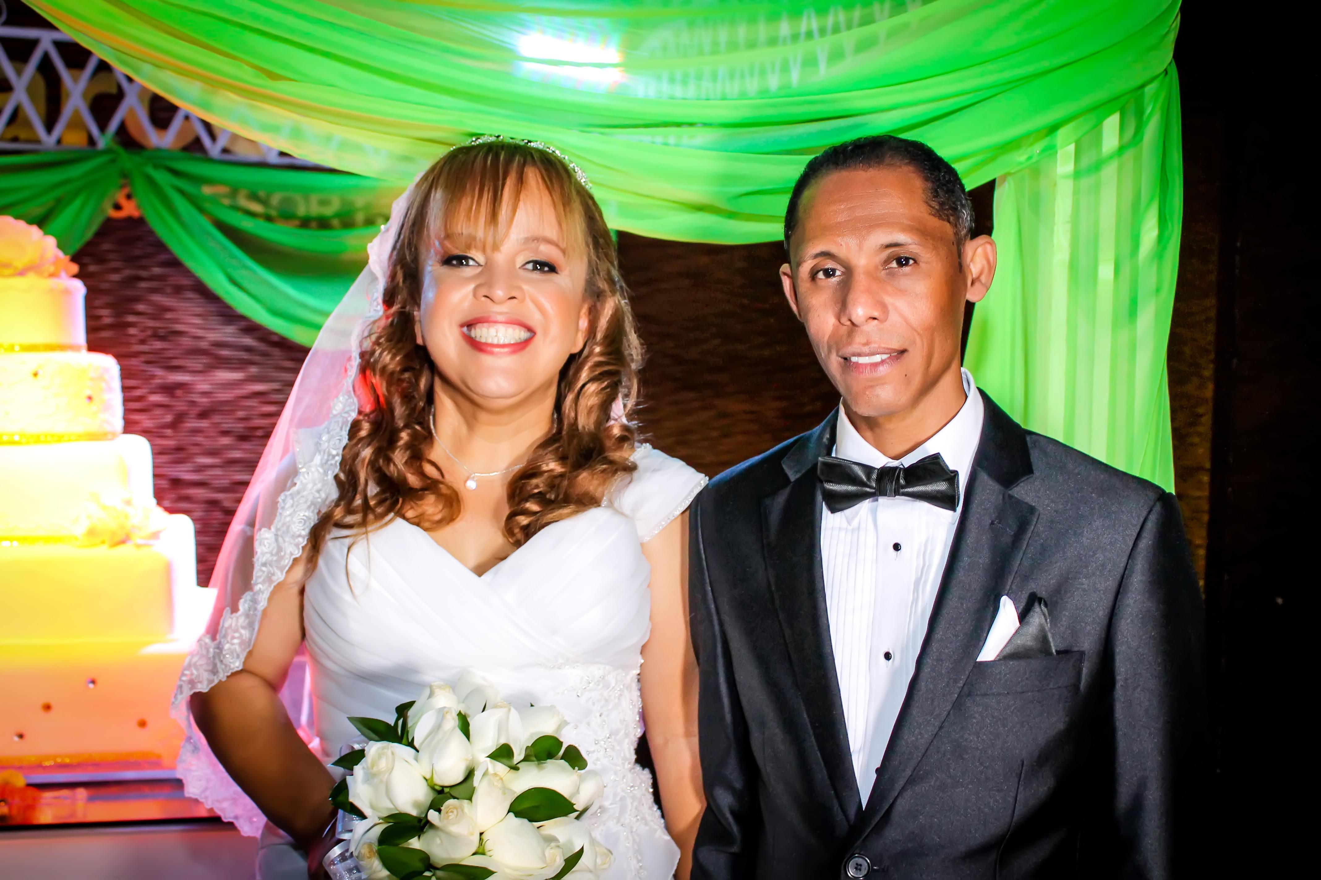 www.Xproevents.com - Fotografia de pareja de novios frente al bizcocho.jpg