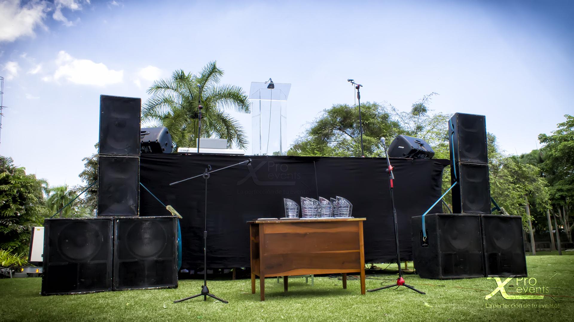 X Pro events - Tarima con sonido podium acrilico y microfonos (1)