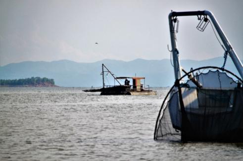 Boten varen in de ochtend uit voor het vissen van Kapenta, één van de voornaamste activiteiten in het Karibameer.