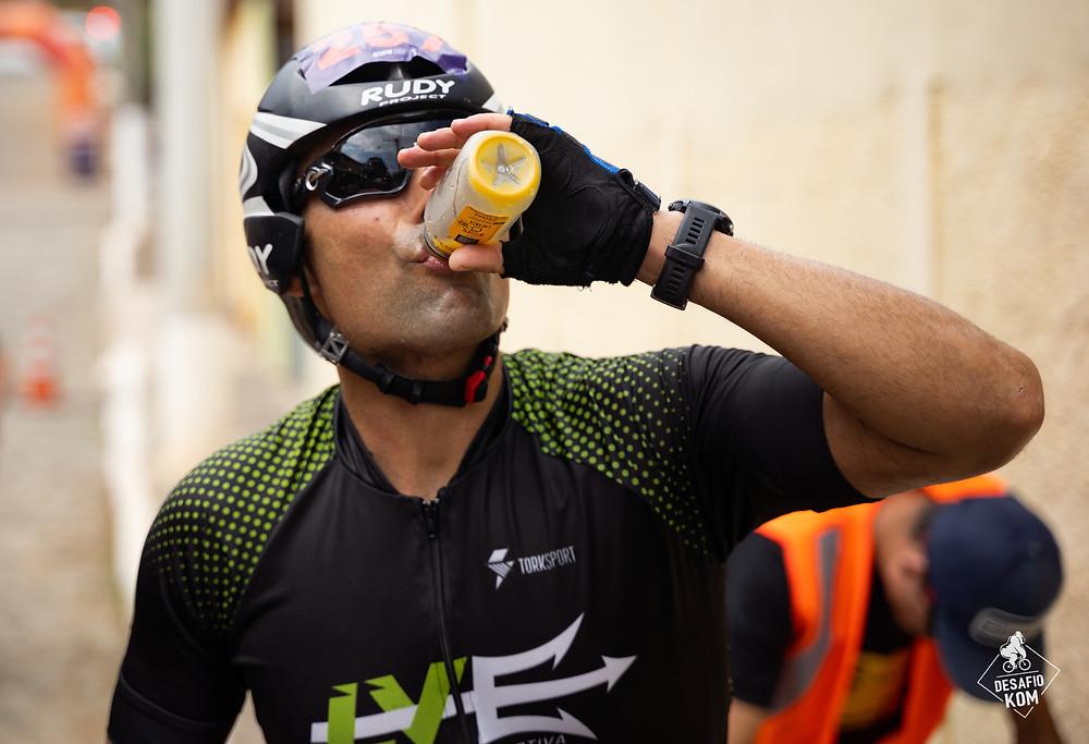 ciclista bebendo suco água competição ciclismo