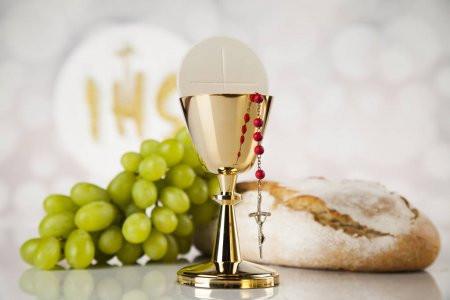 Por que o sacerdote coloca um pedaço da hóstia consagrada no cálice?