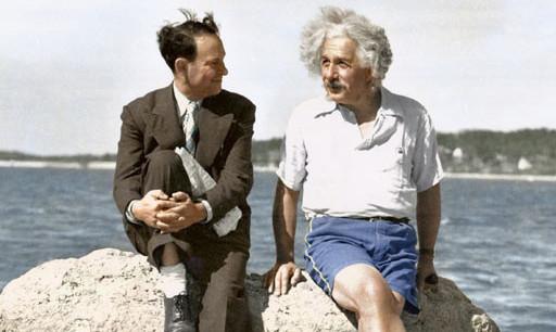 Einstein, en short, s'entretient avec un ami en bord de mer