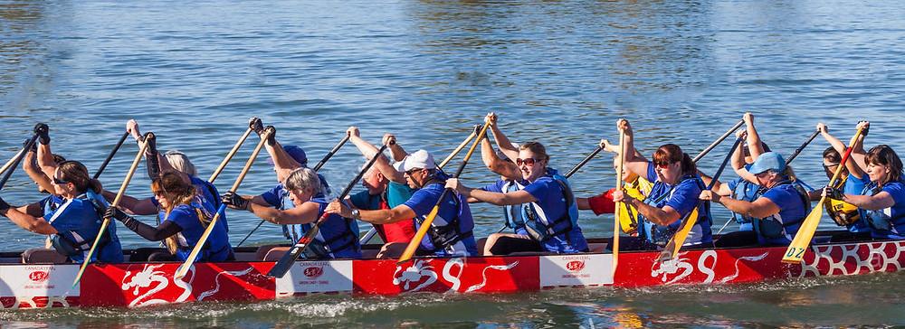 Hommes et femmes rament dans le même élan à bord d'un kayak