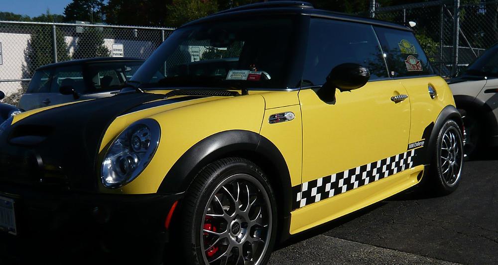 Taxi new-yorkais Mini Cooper jaune à bande carreaux noirs et blancs