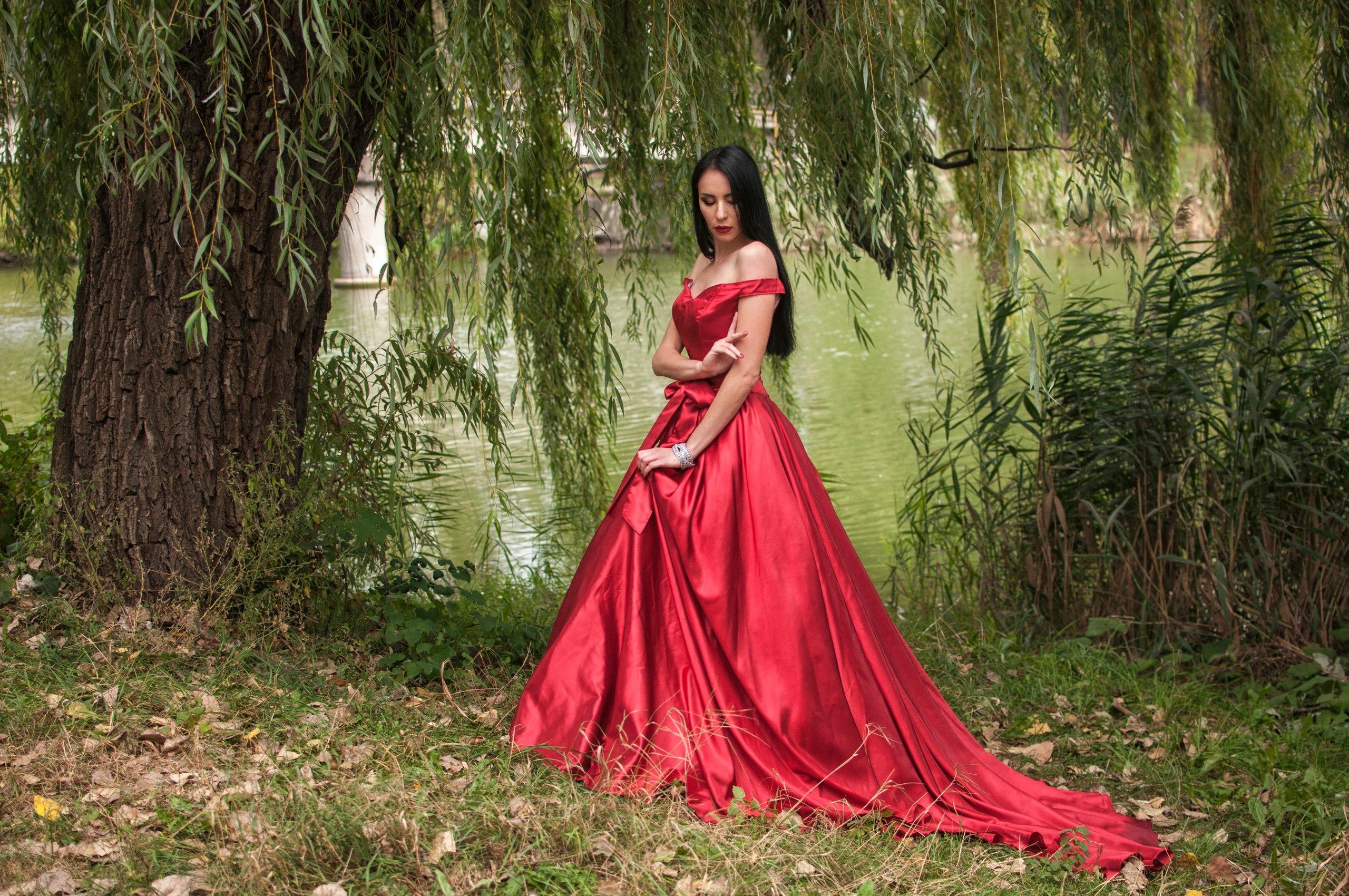 2. Красное пышное платье